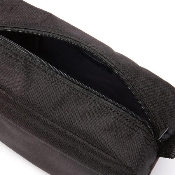 Bolsa-aseo-lacoste-negro-detalle
